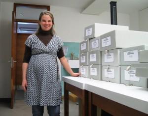 Projektmitarbeiterin Olivia Nietsche mit dem fertig geordneten Bestand von Niederndorf