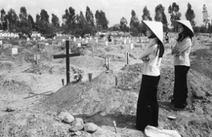 Hai phụ nữ Việt Nam tại nghĩa trang quân đội Biên Hòa hôm 29/4/1975  © AFP