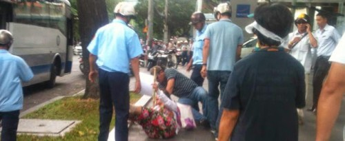 La manifestante Hồ Giang Mỹ Lệ, maltraitée par les policiers, est contrainte de monter dans le bus © 2014 Dan Lam Bao