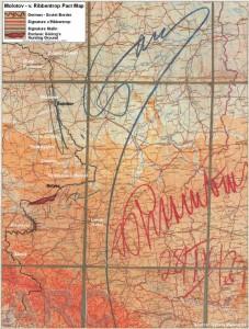 Alemanes y soviéticos dividieron Polonia en dos partes. Un mapa firmada por Stalin (lápiz azul) y Ribbentrop (en rojo) indica la frontera germano-soviético que va justo al lado de Sieniawa y Jaroslaw
