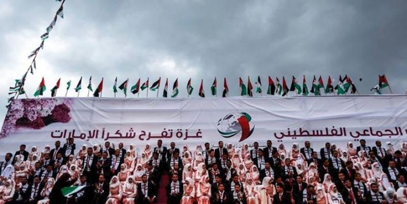 """Mariage collectif à Gaza en 2015. Sur la banderolle : """"(Noces) collectives à Gaza. Gaza est en fête. Merci aux Emirats."""""""