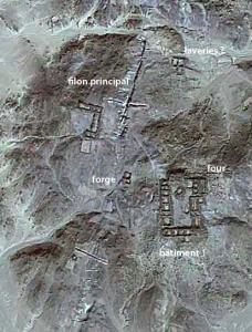 Localisation des zones fouillées à Samut nord lors de la mission 2014 (mission française du désert Oriental, fond : cliché GeoEye 1)