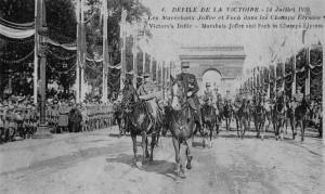 Les Maréchaux Joffre et Foch sur les Champs-Élysées lors du défilé de la victoire