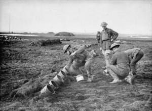Troupes britanniques chargeant un projecteur Livens avec des obus à gaz.