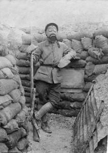 Soldat posant avec un masque à gaz.