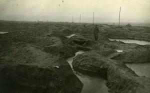 Photographie d'un soldat allemand au milieu de tranchées inondées près d'Hargicourt.