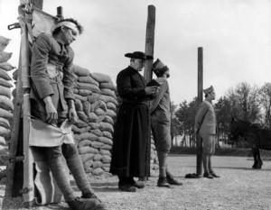 """Photographie extrait du film """"Les Sentiers de la gloire"""" de Stanley Kubrick. Les mutins jugés coupables de graves faits d'insubordination étaient condamnés à la peine de mort par fusillade."""
