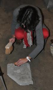 Estelle Ingrand-Varenne dépoussiérant délicatement une inscription au Musée historique d'Orléans (Cliché É. Mineo)