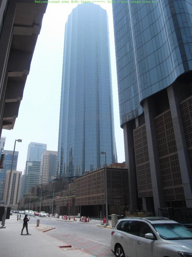 Le world trade center, récemment ouvert, remplace un ancien marché très fréquenté des années 1970. La nouvelle construction comprend un énorme mall et un souk, très kitch, et qui peinent encore semble-t-il à trouver leur clientèle.