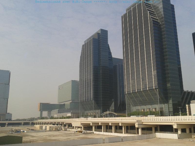 Sur dalle, d'immenses immeubles consacrés aux affaires ou dévolus à un hôpital commencent à occuper Reem Island.