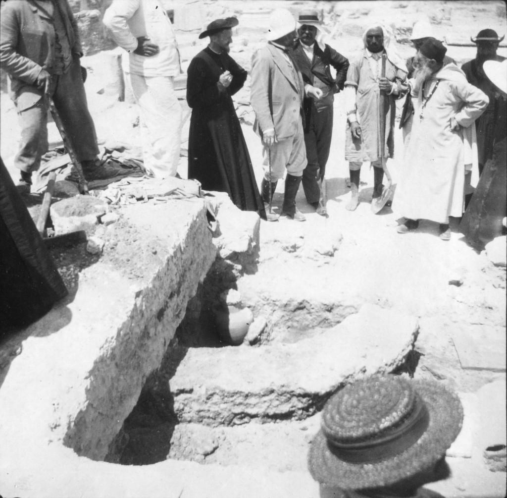 106, 88, 01, 05. Uppenna : Le Père Delattre (à droite) lors des fouilles effectuées sous la mosaïque des martyrs (1905)