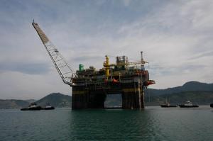 Oil rig at Angra dos Reis. Photo from Programa de aceleração do crescimento (Growth acceleration programme) on Flickr (CC BY-NC-SA 2.0).
