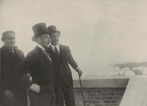 El marqués de Urquijo, banquero, junto con Alfonso XIII en la azotea de la sede de Telefónica en Madrid. Fuente: Fundación Telefónica