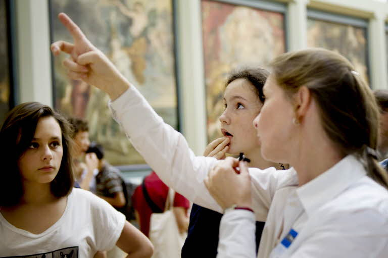 Médiation présentielle devant les oeuvres. © 2011 Musée du Louvre / Florence Brochoire.