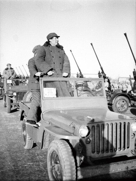 1949年3月25日,毛泽东、朱德等乘车在西苑机场阅兵检阅高炮部队。