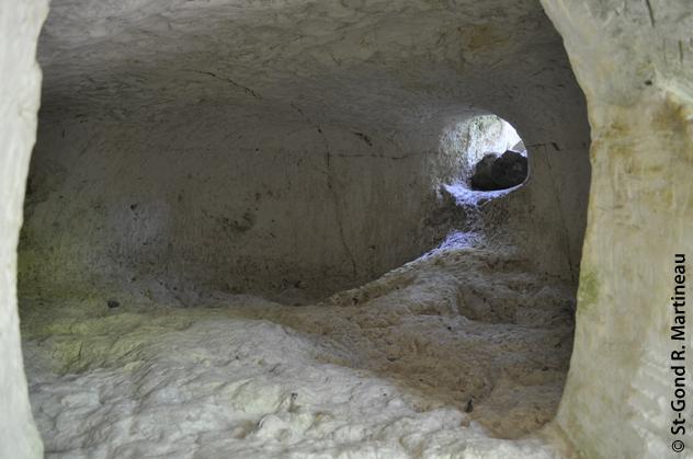 """Vue de l'intérieur de l'hypogée 1 de Vert-la-Gravelle """"La Crayère"""". (photo R. Martineau)"""