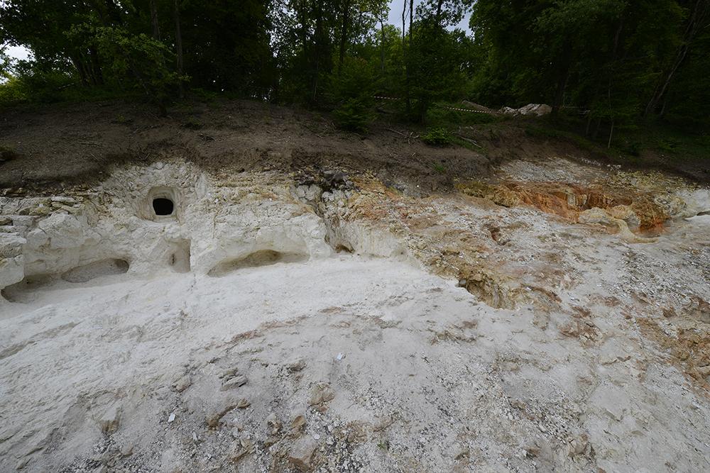 Le site néolithique de Vert-la-Gravelle « La Crayère » associe une nécropole d'hypogées et une minière de silex. Au premier plan à gauche une tranchée d'exploitation du silex au-dessus de laquelle ont été creusés quatre hypogées. À droite, trois puits et une nouvelle tranchée d'exploitation à ciel ouvert.