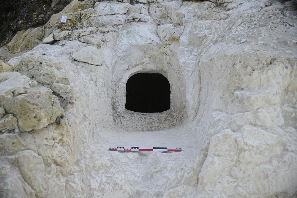 Le couloir et l'entrée qui mènent à la chambre funéraire de l'hypogée 1 de Vert-la-Gravelle « La Crayère ».