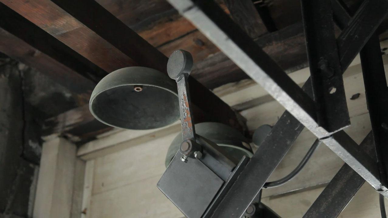 La cloche (photogramme tiré de la vidéo)