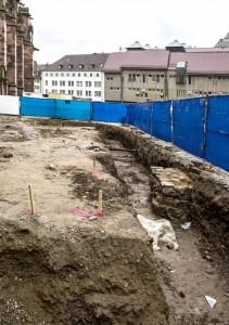 """Die Ausgrabungen an der Nordseite des Münsters, Bild: Als Urheber wird """"Joergens.mi/Wikipedia (CC-BY-SA-3.0), Link zum Original"""