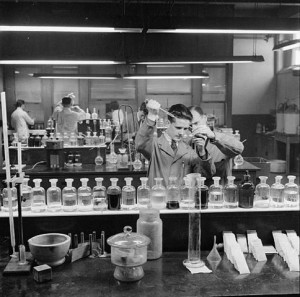 Scientifiques au travail dans une usine de moteurs d'avion Rolls Royce, en 1942 (crédits : Ministry of Information Second World War Official Collection, via Wikimedia Commons)