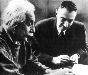Personnalités scientifiques charismatiques :  Albert Einstein et Robert Oppenheimer à Princeton (s.d.) (crédits : US Govt. Defense Threat Reduction Agency, via Wikimedia Commons)