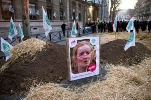 Manifestations d'agriculteurs devant le MEDDE, à Paris, en février 2012 (crédits : L'Express.fr, 2012)