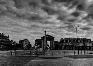 Et le ciel de s'assombrir sur la Victoire  (crédits :  Gustave Deghilage, 2012, via Flickr)