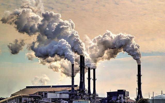 La pollution de l'air : un pacte de la révolution industrielle. Fumée s'échappant d'une usine sucrière, en Floride (crédits : Kim Seng, via Flickr, 2013)