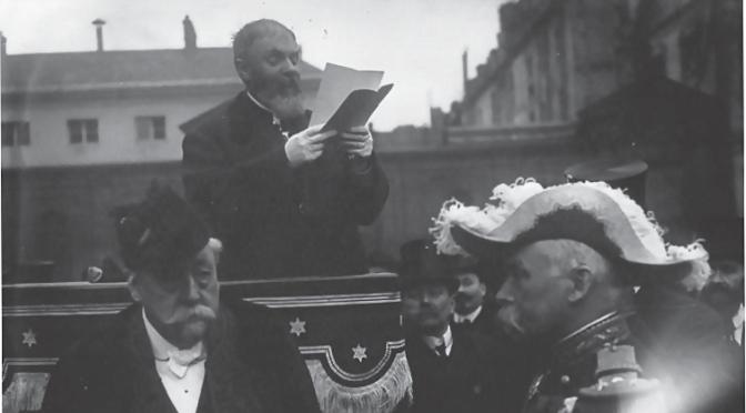 Faire l'éloge de la grandeur savante vers 1900