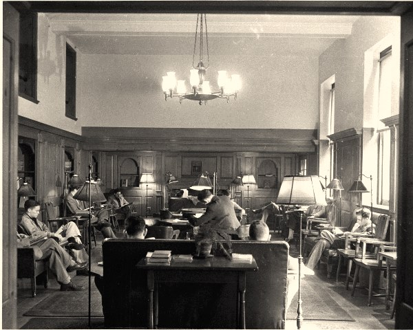 Salle de lecture, Butler Library, dans les années 1950 (crédits : Columbia University, exhibitions.cul.columbia.edu/exhibits/show/butler75)