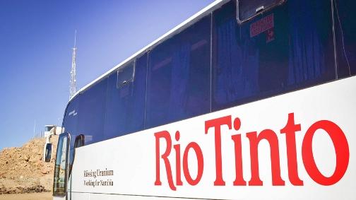 Bus Rio Tinto en partance vers la mine d'uranium de Rössing, en Namibie (crédits : jbdodane, http://www.mining.com/)
