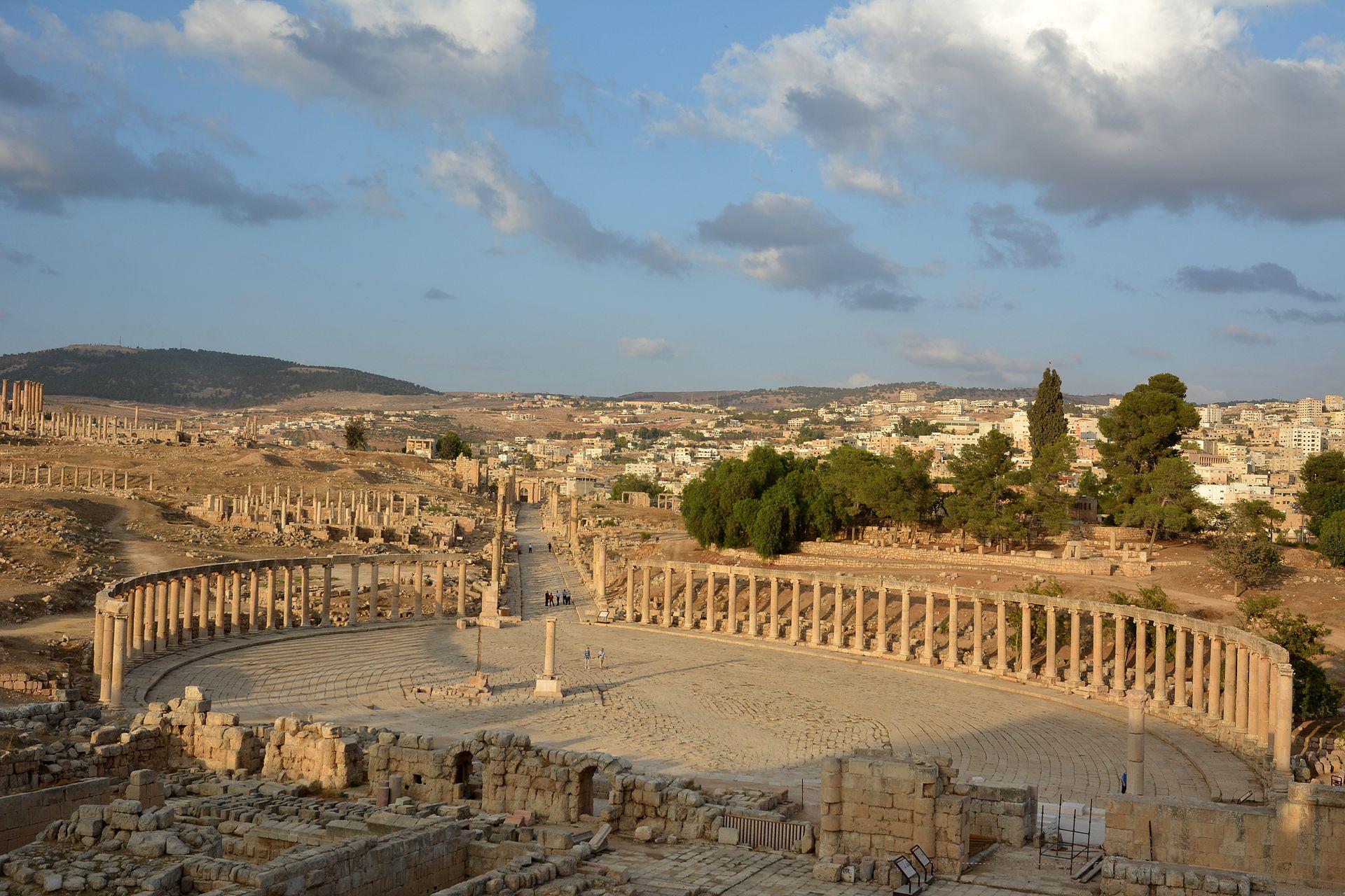 Gerasa, das heutige Jerash in Jordanien. Blick vom Zeus-Tempel über das Forum den cardo maximus entlang in Richtung Norden (Foto: Azurfrog, via Wikimedia Commons, CC BY-SA 3.0).
