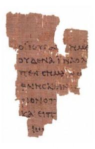 Papyrus 52 (hier die Vorderseite) gilt als das älteste erhaltene Fragment eines neutestamentlichen Textes (Urheber: Bernard Grenfell [1920], John Rylands Library, Foto: courtesy of JRUL [Public Domain], via Wikimedia Commons)
