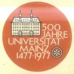 Das Logo zur 500-Jahr-Feier 1977 (auf der Titelseite des Bandes: Heinz Duchhardt [Hrsg.], Die ältesten Statuten der Universität Mainz [Beiträge zur Geschichte der Universität Mainz 10], Wiesbaden: Steiner 1977)