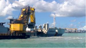 Pour améliorer l'accès au port, l'extraction des matériaux les plus durs et de ceux situés dans les zones peu profondes s'effectue par d'une pelle sur ponton, le« Postnik Yakovlev » (photo). Il est associé à une drague aspiratrice en marche (DAM), le « Pedro Alvarez Cabral».  (M.VERDOL, 26 mars 2015).