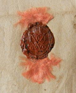 Sceau de Henri IV, roi de France, pour ses lettres galantes à Henriette d'Entragues. BNF, ms. fr. 3639, fol. 3. H. 9 x l. 7 mm, gomme laque sur brins de soie rose.