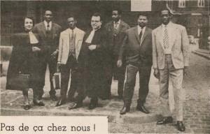 Le 5 novembre 1963, après le dépôt de la plainte. Mes Rolande Attuly et Fernand Benhaïem entourés des plaignants (Photo Mardyks parue à la Une de Droit et Liberté, 15 novembre-15 décembre 1963, archives MRAP)