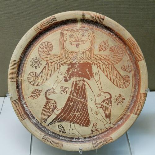 Fig. 3 – Plat de Doride de l'Est, de Camiros. 610-590 av. J.-C. British Museum, n° inv. BM GR1860.4-4.2 - © Wikimedia Commons, Photo by Marie-Lan Nguyen - http://commons.wikimedia.org/wiki/File%3AGorgon_Kameiros_BM_GR1860.4-4.2.jpg