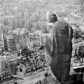 ©Richard Peters, Blick vom Rathausturm, 1945 (Deutsche Fotothek).