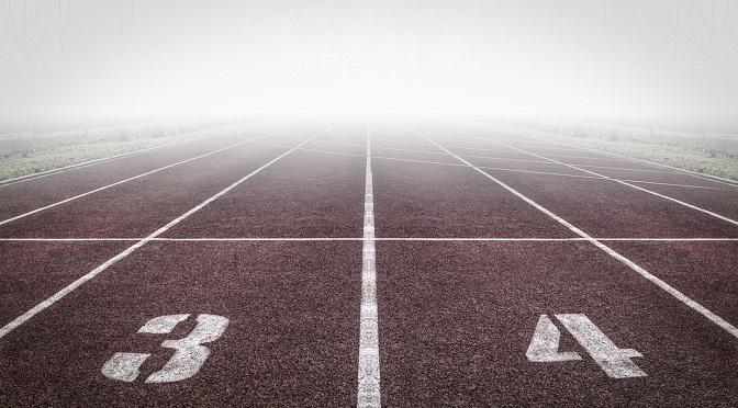 Piste d'athlétisme dans le brouillard