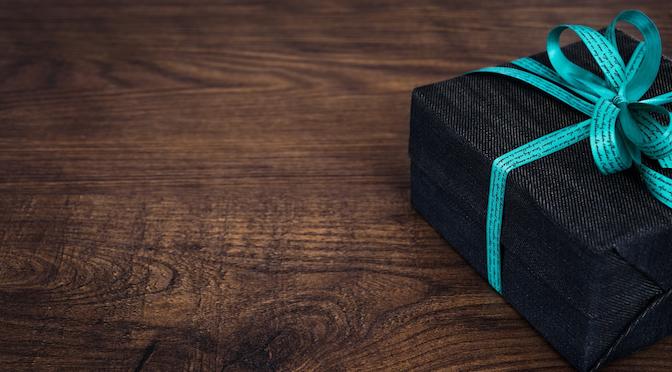 Boîte cadeau noire posée sur une table