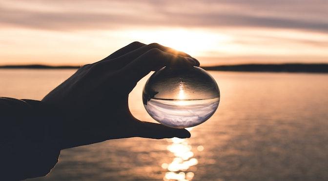 Main tenant une boule de cristal