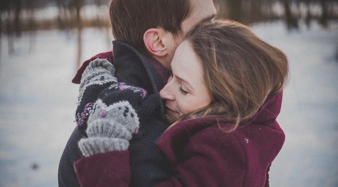 Couple s'enlaçant dans le froid