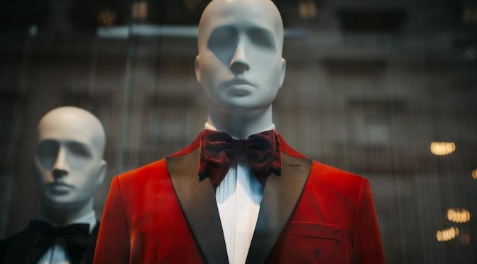 Mannequins en costume dans une vitrine