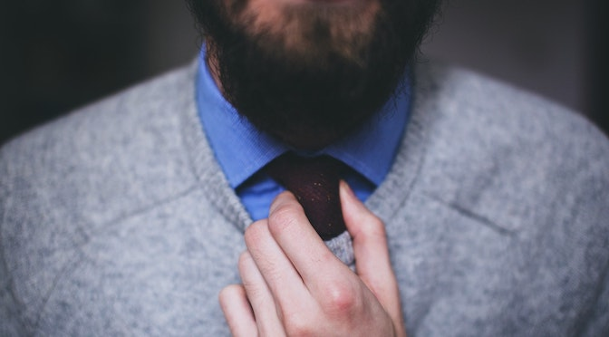 Homme serrant sa cravate