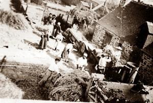 Scène de battage au bourg avant 1939