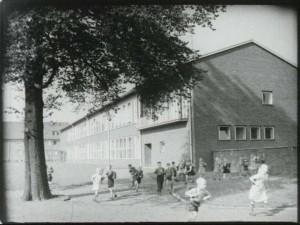 """Castrop-Rauxel präsentiert sich als attraktiver Industriestandort. Dazu gehören lichtdurchflutete Schulen…(Quelle: Film """"Grüne Insel im schwarzen Revier"""")"""
