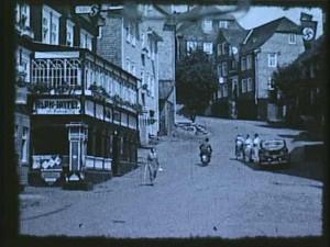 Ruhig geht es in der Innenstadt zu. Die Hakenkreuzfahne rechts gehört 1936 zum Alltag.