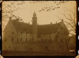 """Das Wasserschloss Burg Vischering von seiner besten Seite in Szene gesetzt.  (Quelle: Film """"Rote Erde"""")"""